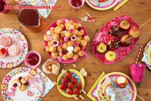 Trẻ bị mụn nhọt không nên ăn nhiều bánh kẹo ngọt